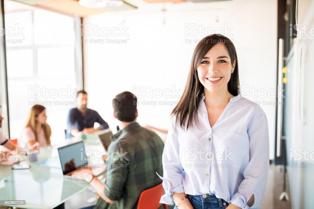 Belle femme dans la salle de réunion photo libre de droits