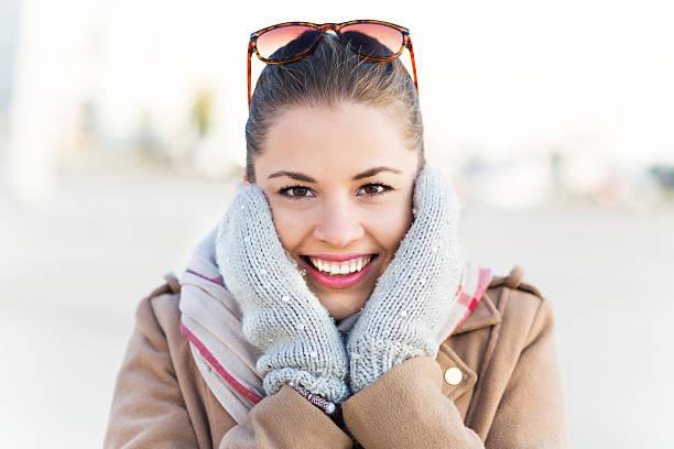 schöne frau in fäustlinge - wintermantel damen wolle stock-fotos und bilder