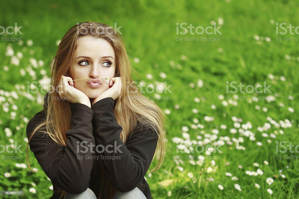 Schöne Frau in der Natur – Foto