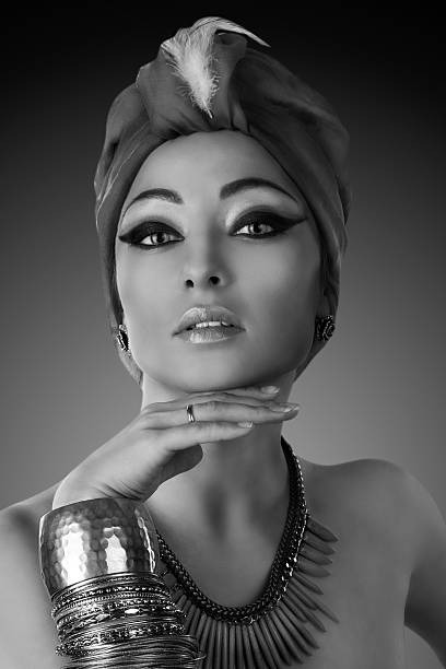 schöne frau in orientalischer stil in turban - ägyptisches make up stock-fotos und bilder