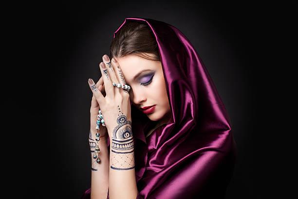 schöne frau in orientalischer stil mit mehendi beten - ruhegebet tattoo stock-fotos und bilder