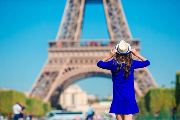 schöne frau in paris hintergrund den eiffelturm in den sommerferien - paris sommer stock-fotos und bilder