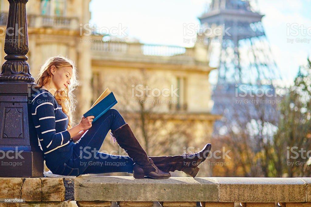 Bella mujer en París, leer un libro - foto de stock