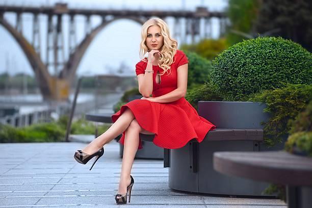 Schöne Frau im roten Kleid am Abend – Foto