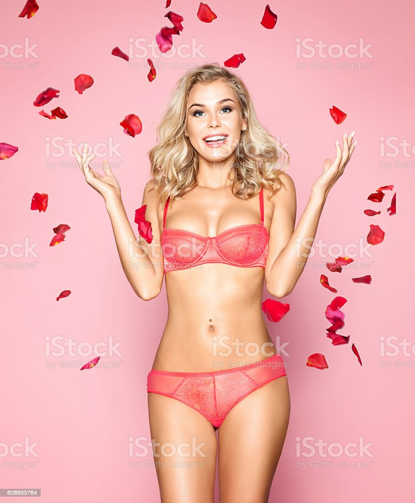 Beautiful woman in red lingerie with rose petals – Foto