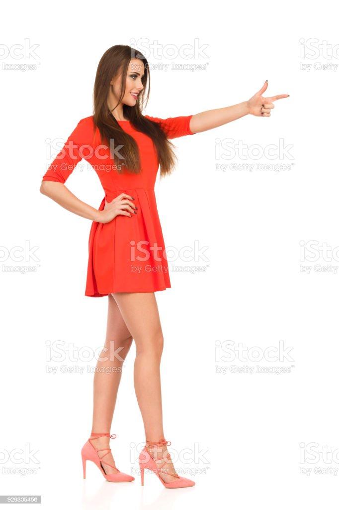 241cead6f Mujer Hermosa En Mini Vestido Rojo Y Tacones Es Apuntando Y Mirando ...