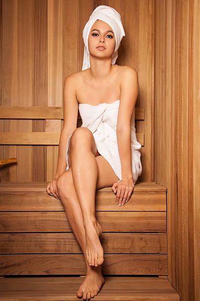 Schöne Frau in der Sauna – Foto
