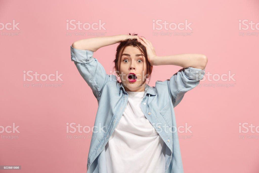 Schöne Frau im Stress isoliert auf rosa – Foto