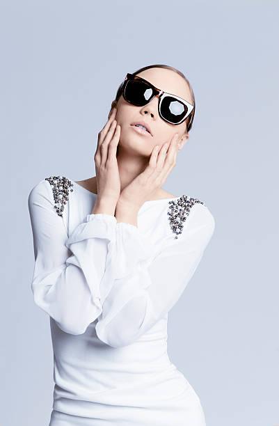 schöne frau in sonnenbrille - exklusive mode stock-fotos und bilder