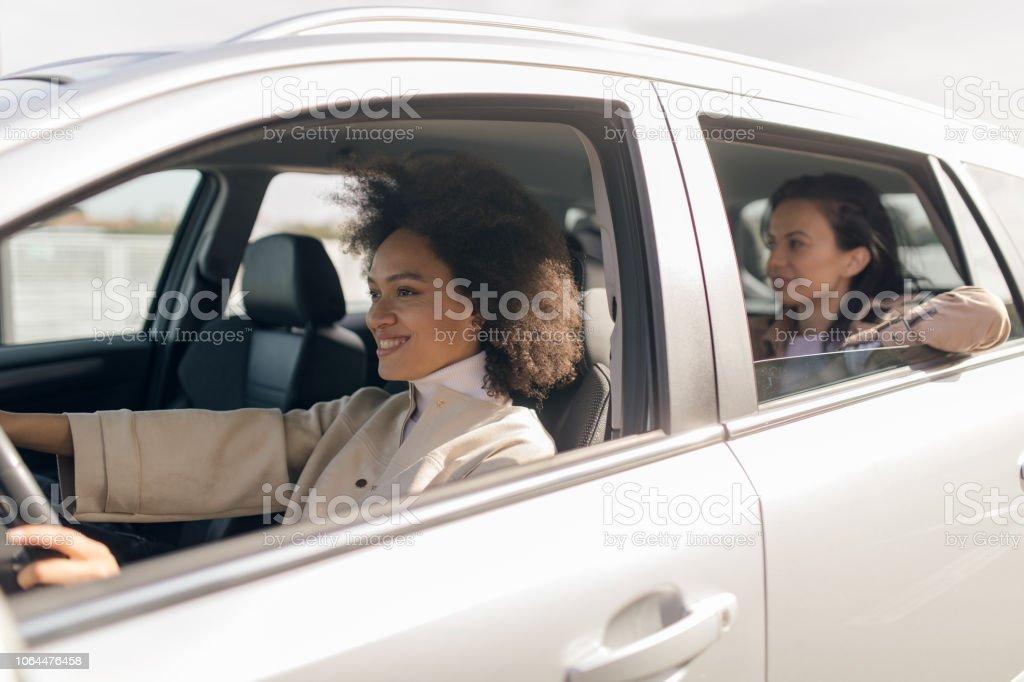 Mulher bonita no carro - foto de acervo