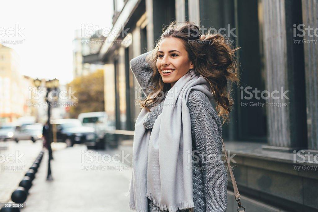 街にいる美しい女性 ストックフォト