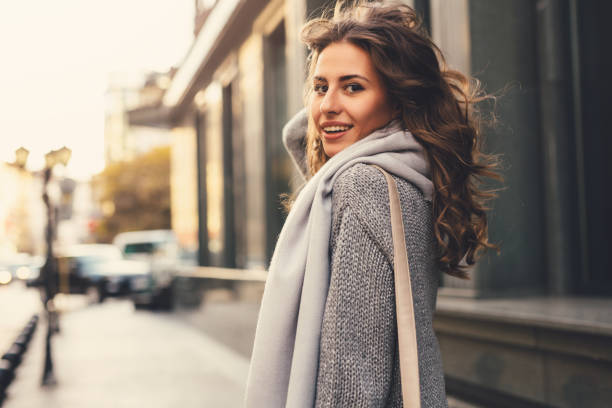 hermosa mujer en la ciudad - moda de otoño fotografías e imágenes de stock
