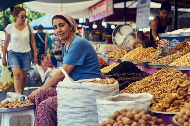 시장에서 아름 다운 여자 - 무글라 주 뉴스 사진 이미지