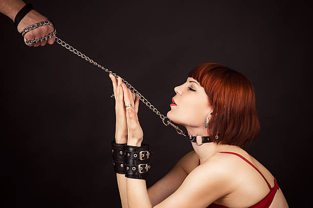 belle femme dans le rôle d'un esclave - sm photos et images de collection