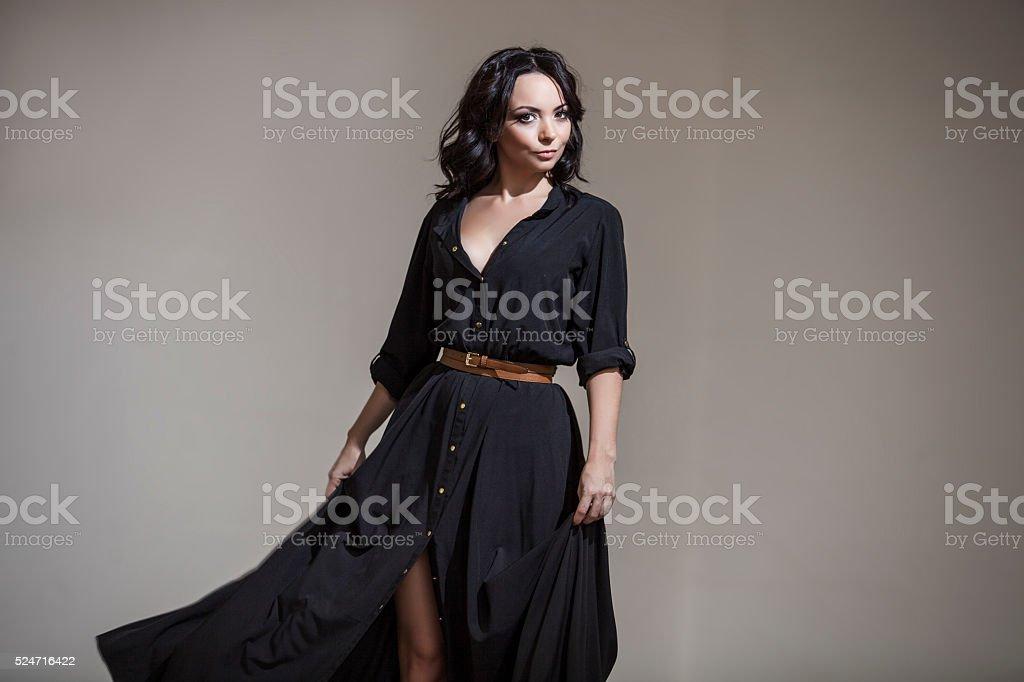 Bella mujer en la habitación en el estudio es de baile - foto de stock