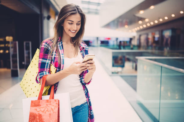 beautiful woman in the shopping mall - online shopping imagens e fotografias de stock