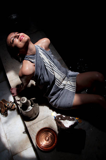 schöne frau in einem türkischen bad (hammam - sauna textilien stock-fotos und bilder