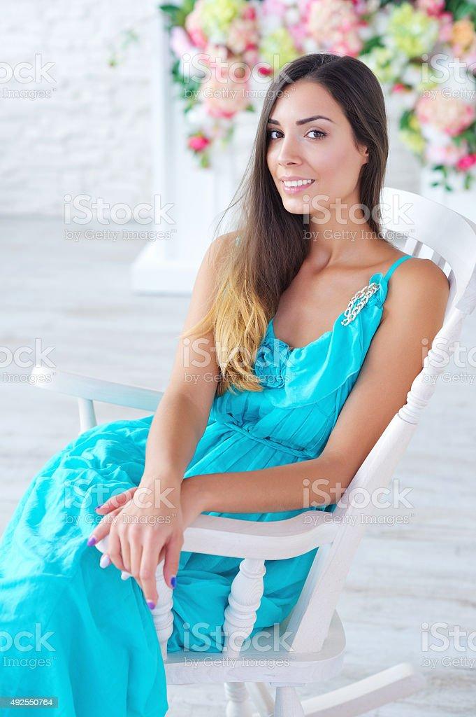 Mulher bonita em vestido azul-turquesa - foto de acervo