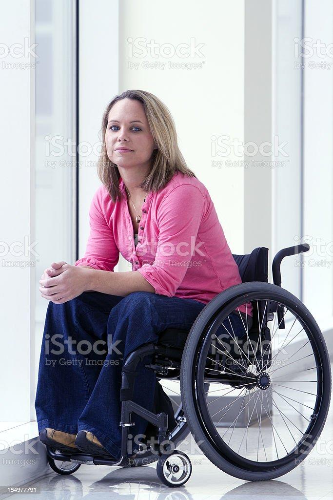 Hermosa mujer sonriente para silla de ruedas - foto de stock