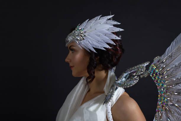 schöne frau im weißen kleid mit engelsflügeln - schmuck engel stock-fotos und bilder