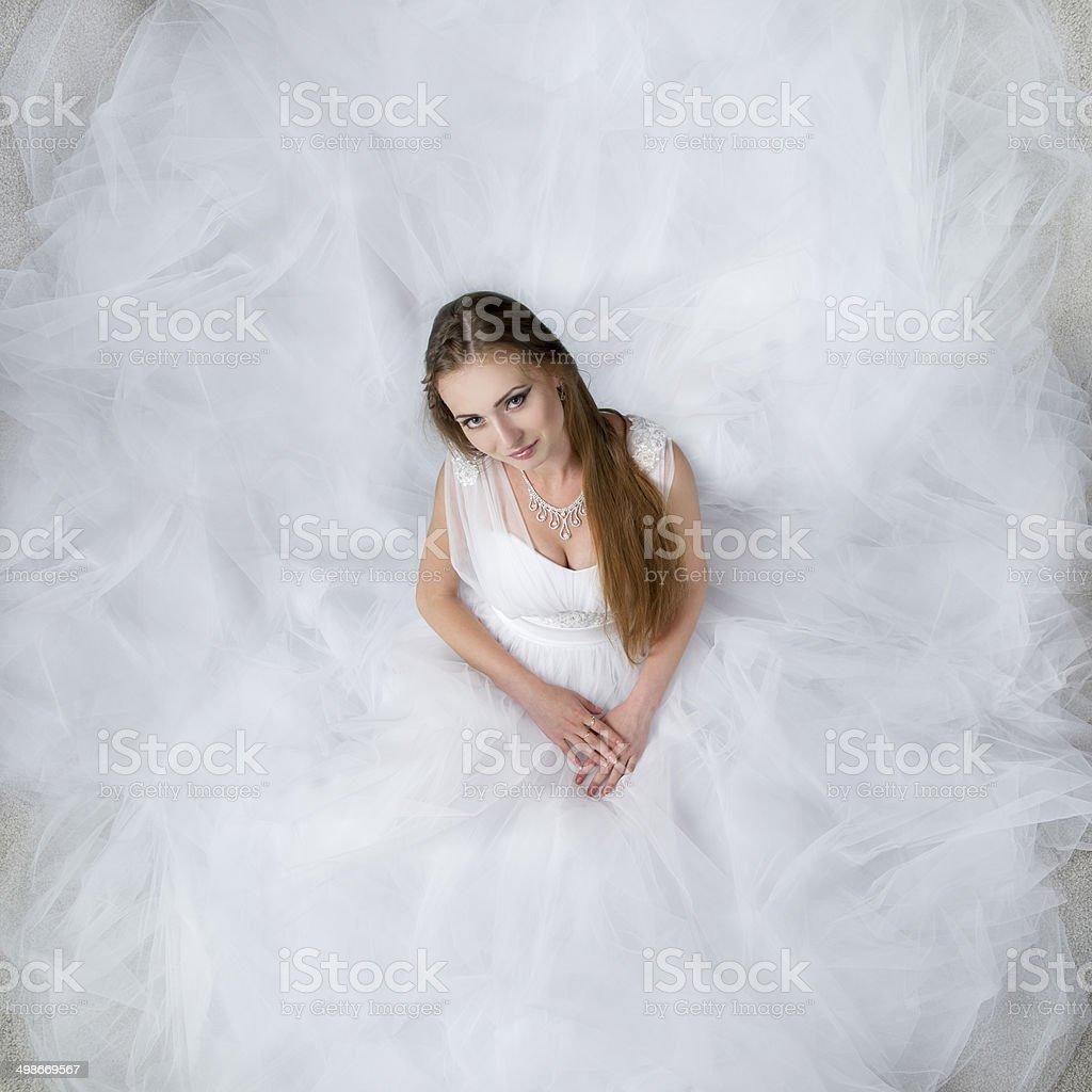 schöne frau im weißen hochzeit kleid stockfoto und mehr bilder von  abendkleid