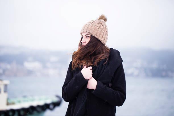 schöne frau in winterkleidung - gute winterjacken stock-fotos und bilder