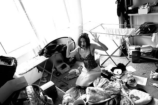 Schöne Frau Ausdruck in Panik in ihr wirklich Unordentlich Zimmer – Foto