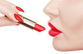 美しい女性は、豪華な赤い口紅で唇を描いています。