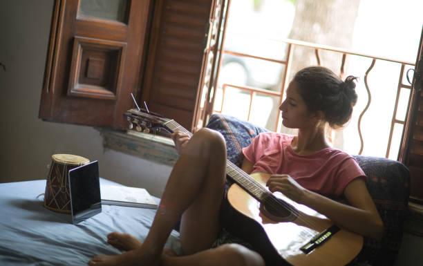 linda mulher, aprender a tocar guitarra. - belas mulheres argentina - fotografias e filmes do acervo