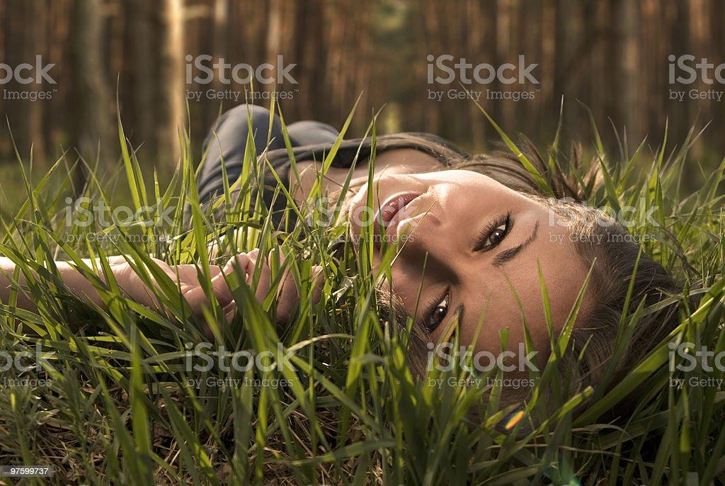 Belle femme Allongez-vous sur une herbe et rêve photo libre de droits