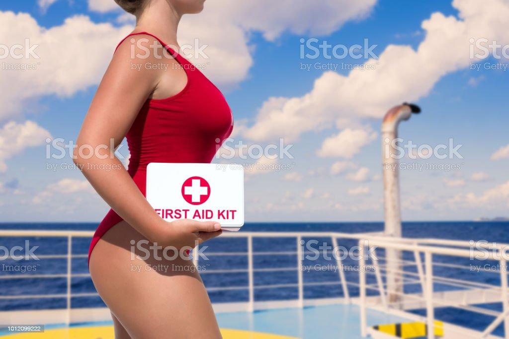 Traje Rojo Mujer De Con Botiquín Un En Socorrista Baño Hermosa bvYg6fyI7