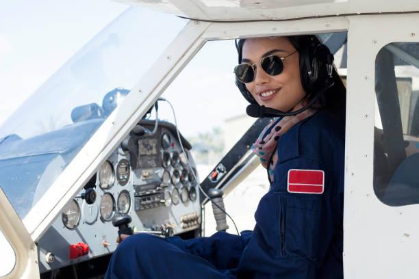 schöne frau leichte fluggesellschaft pilot - flugschule stock-fotos und bilder