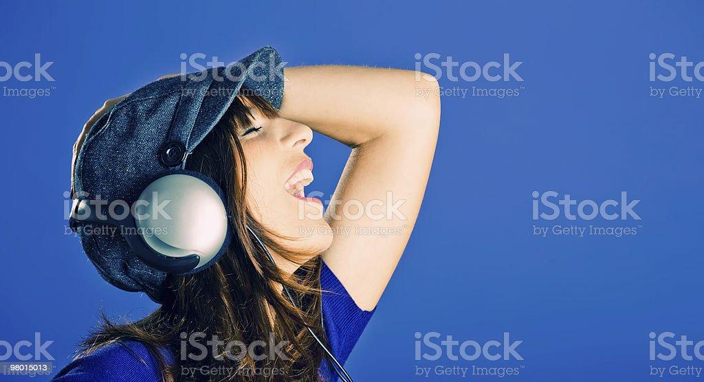 아름다운 여자 음악 듣기 royalty-free 스톡 사진
