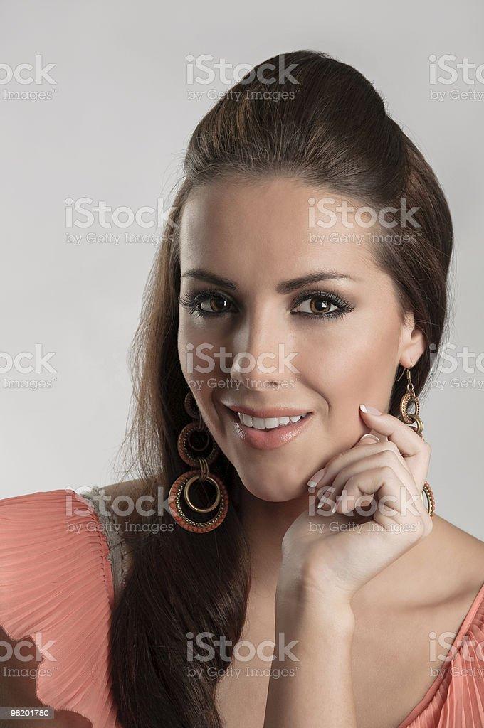 아름다운 여자 루킹 세심하게 at 카메라. royalty-free 스톡 사진