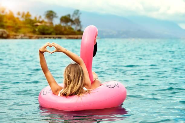 Schöne Frau liebt ihr Flamingo-Spielzeug – Foto