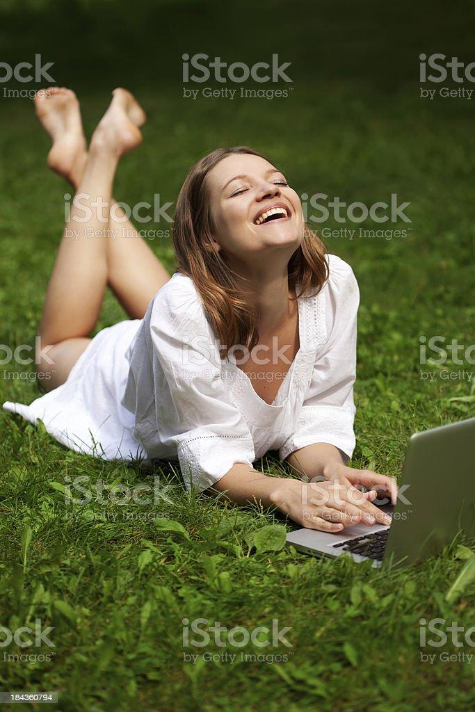 Schöne Frau entspannt auf dem Rasen mit Buch – Foto