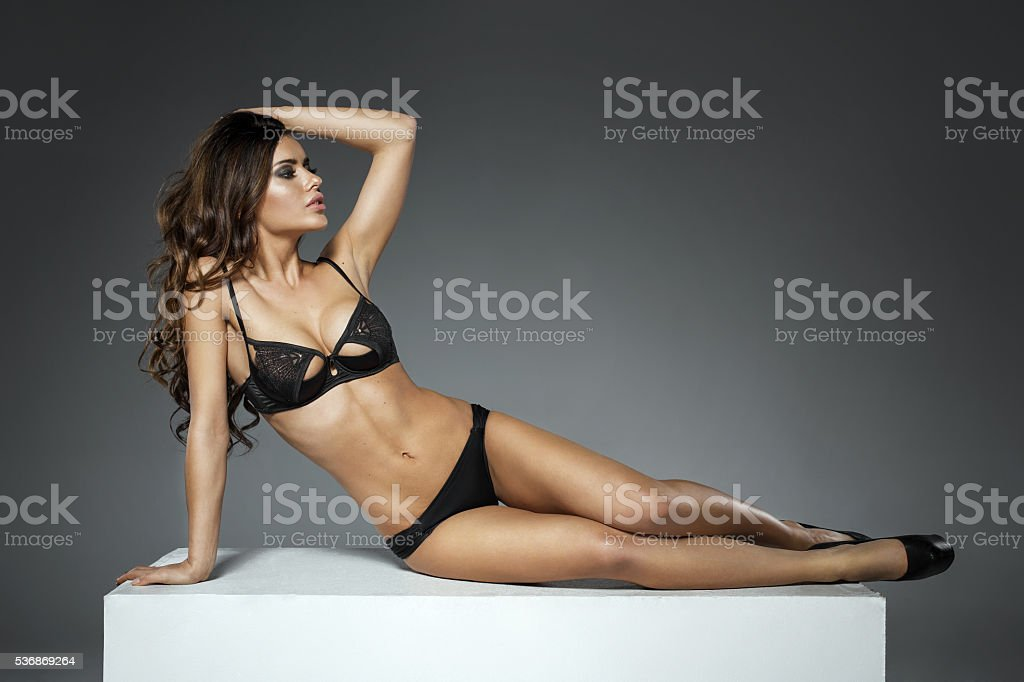 7a4022039f Bella mujer tendido sobre caja blanca en sexy en lencería foto de stock  libre de derechos
