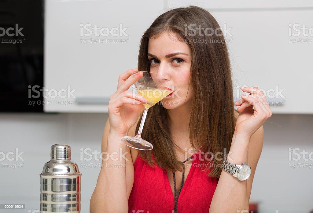 Mulher bonita fazendo um coquetel - foto de acervo