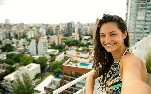 beautiful woman making a selfie. - belas mulheres argentina - fotografias e filmes do acervo
