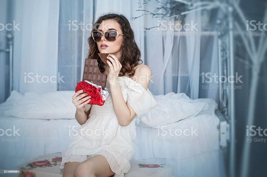 Fantastisch Schöne Frau Modell Mit Fliesen In Dunklen Schokolade In Den Händen  Lizenzfreies Stock Foto