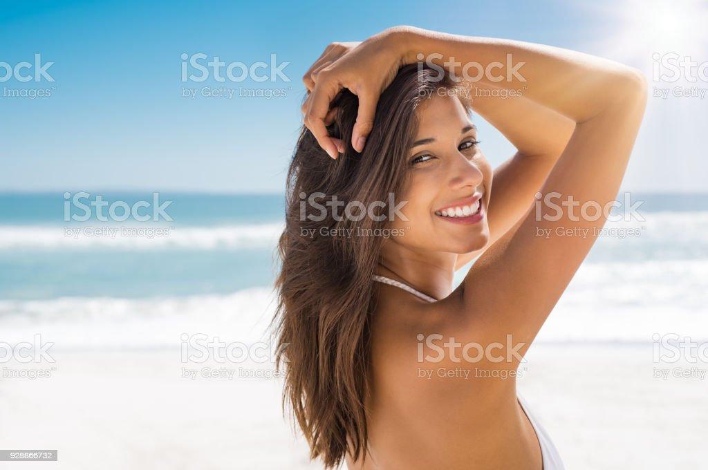 Schöne Frau am Strand lächelnd – Foto