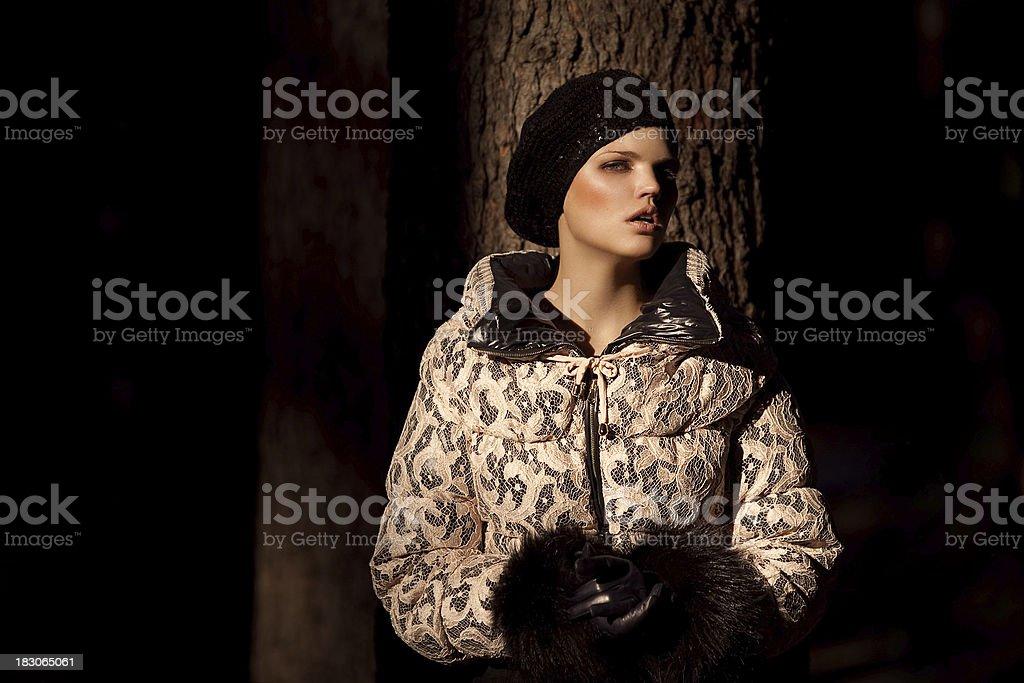 Schöne Frau auf Schwarz – Foto