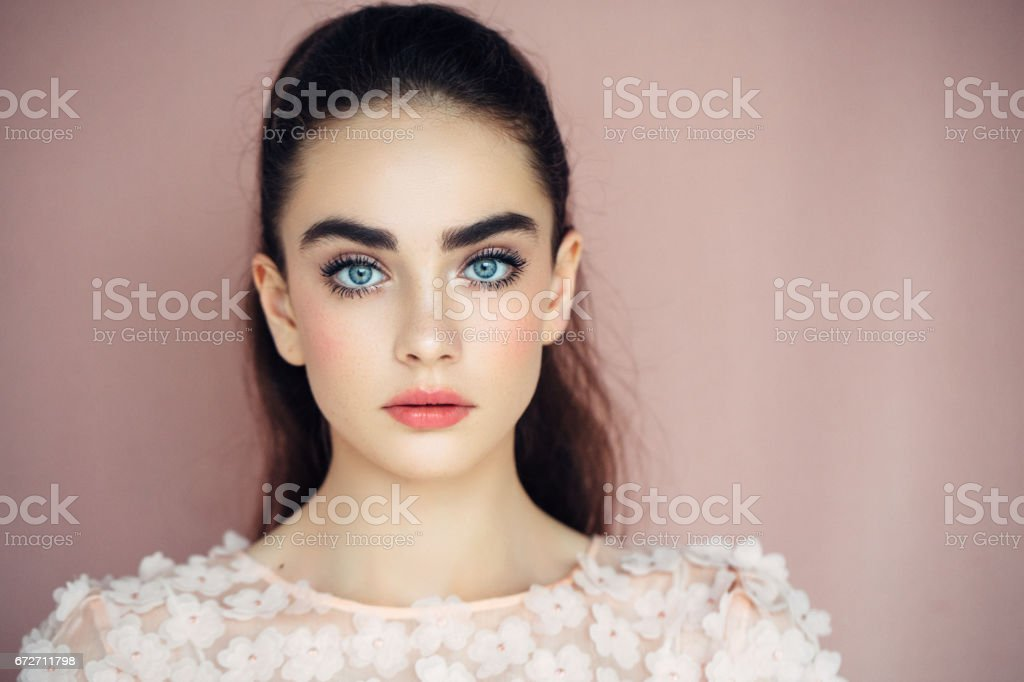 Schöne Frau auf dunklen Hintergrund – Foto