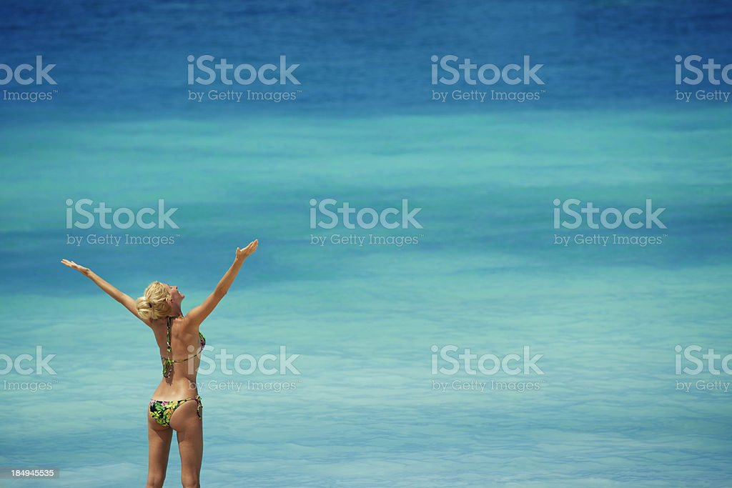 Schöne Frau am Meer Hintergrund – Foto