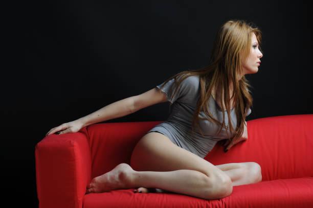 Bella mujer en SOFÁ - foto de stock