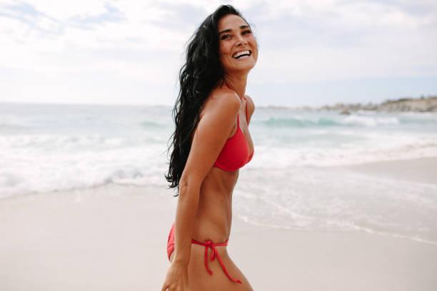 Schöne Frau im Sommerurlaub am Strand – Foto