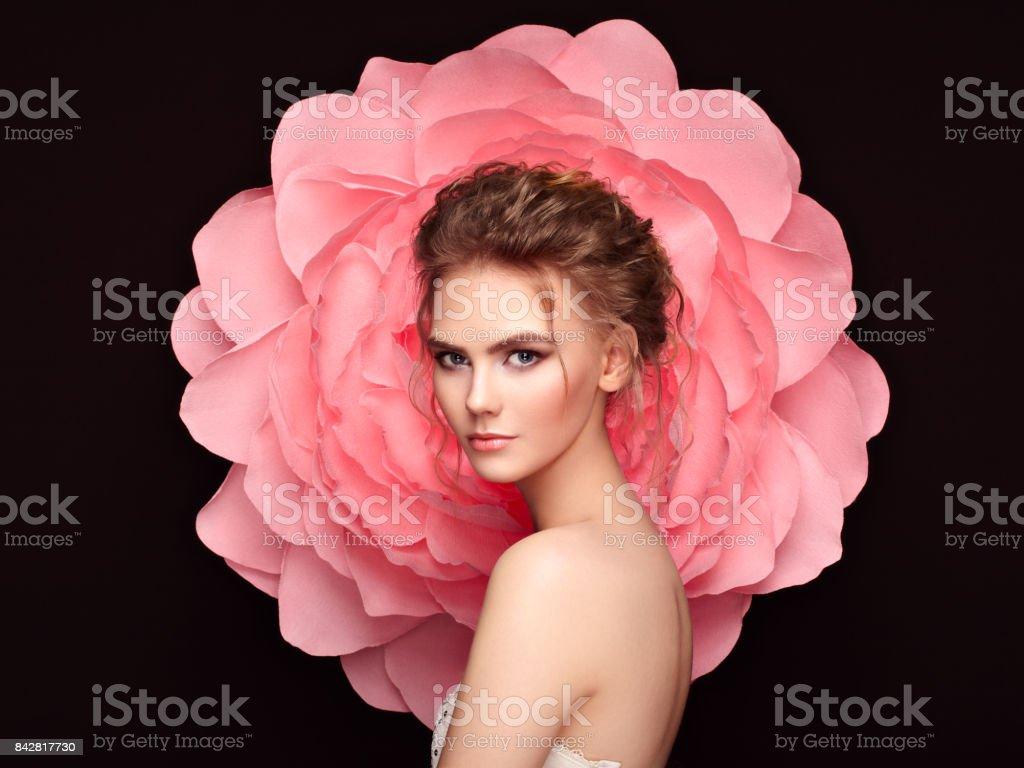 Mulher bonita no fundo de uma grande flor foto de stock royalty-free