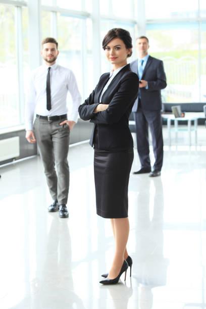 schöne frau auf dem hintergrund von business personen - outfit vorstellungsgespräch stock-fotos und bilder