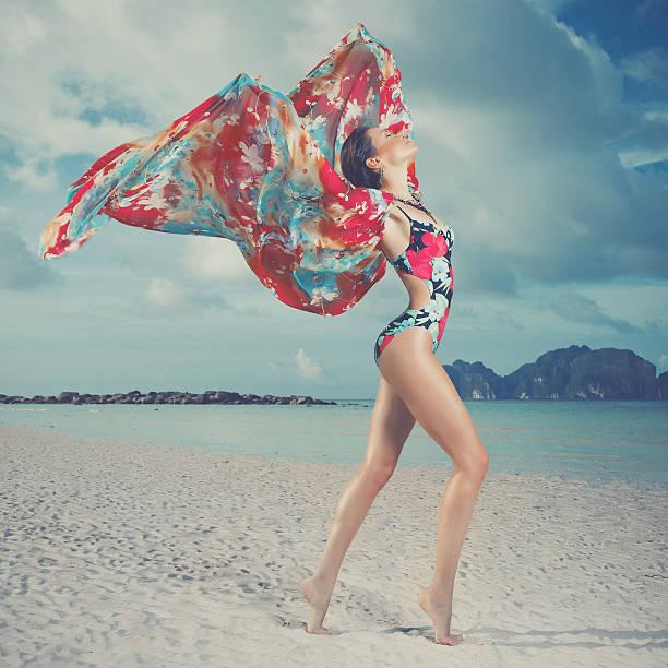 schöne frau am strand - soup_studio stock-fotos und bilder