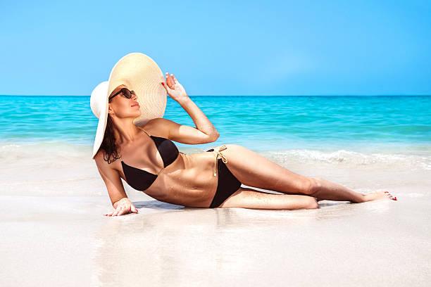 Beautiful woman on the beach foto